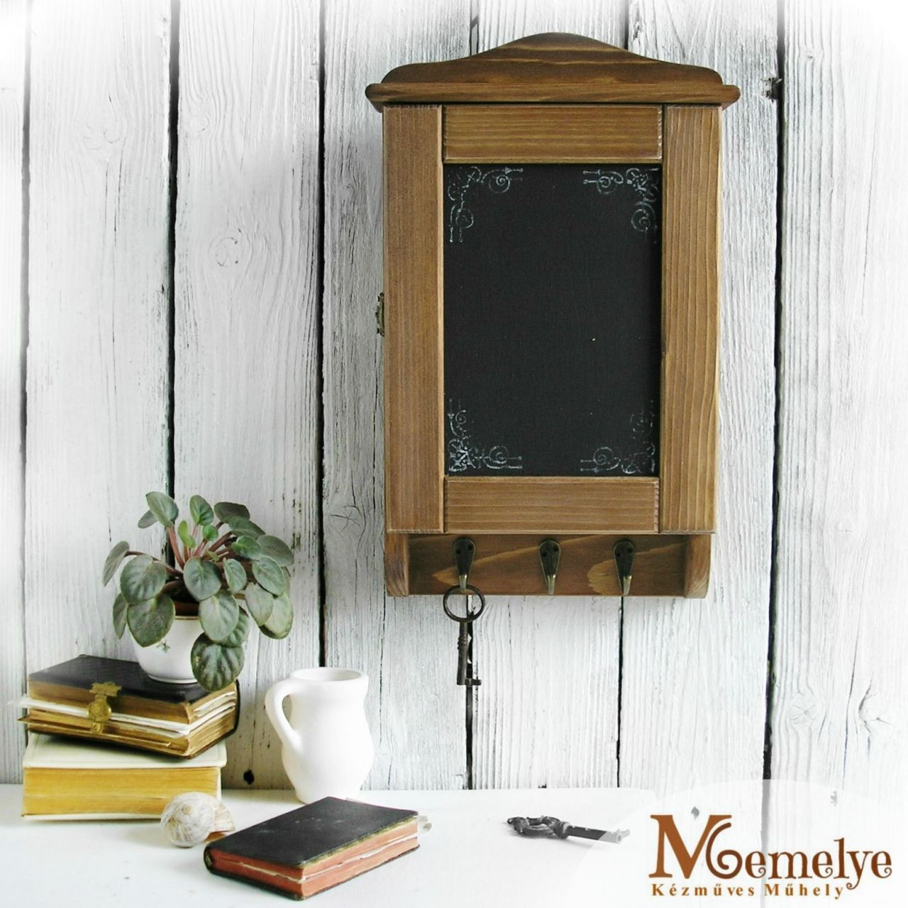 Barna Krétával írható kulcstartó szekrény